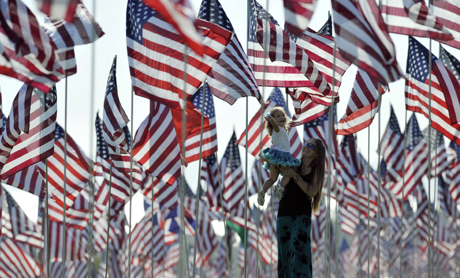 """洛杉矶3000面国旗纪念""""911""""遇难者(组图)"""