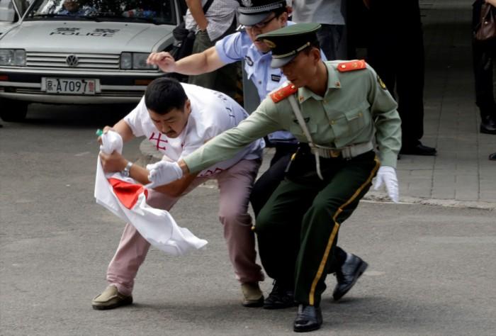 日本驻华使馆网站_北京:市民在日本大使馆外抗议_第一金融网