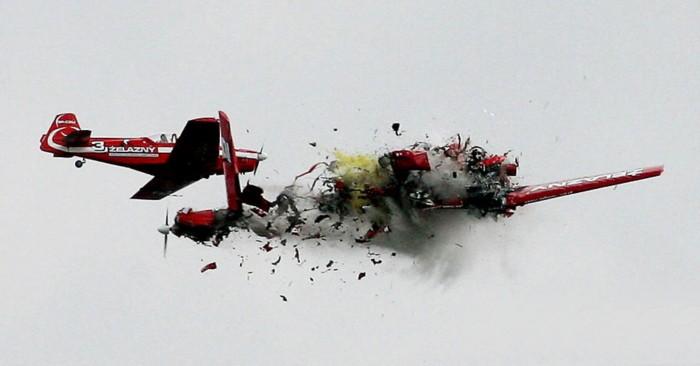 """波兰飞行表演两飞机对撞坠毁 电视台""""死亡直播"""""""