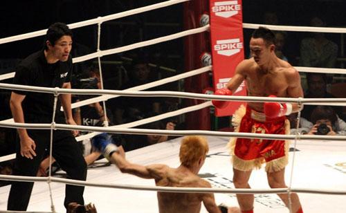 中国拳王ko日本武士 披国旗示爱国图片