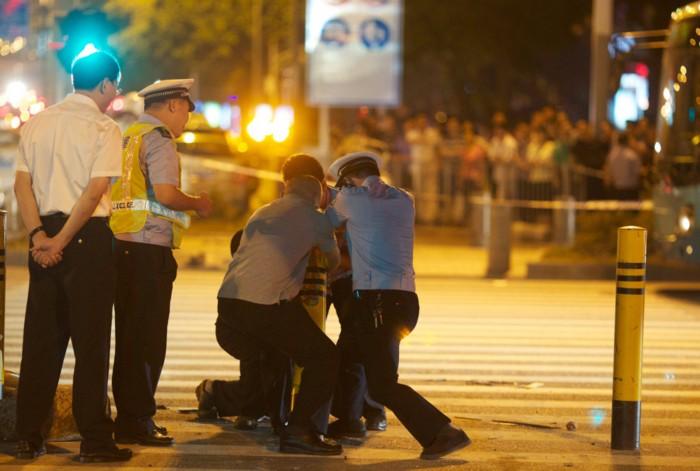 深圳:泥头车碾过安全岛 3死3伤
