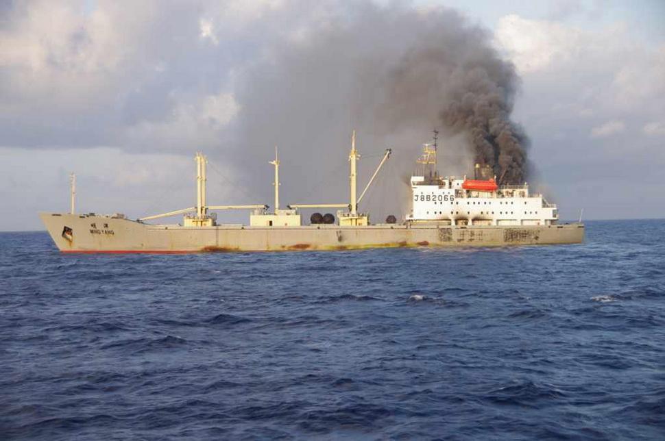 中国货船冲绳海域起火 64名船员全部获救