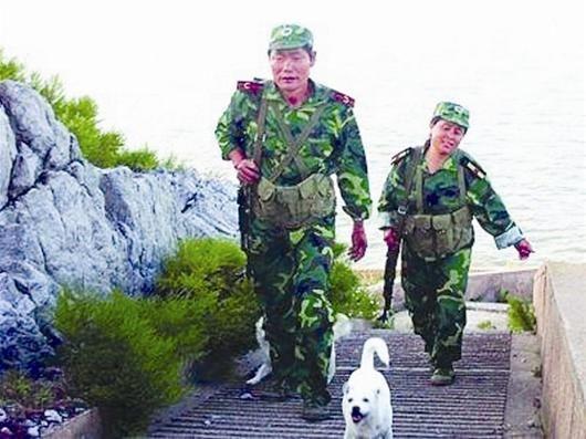 图文:夫妇守荒岛26年坚持每天升国旗