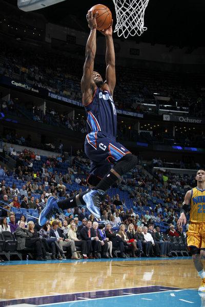 图文:[NBA]黄蜂107-99山猫 肯巴-沃克扣篮