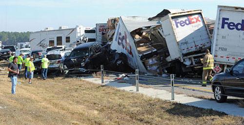现场 打印文章/得州公路上,许多大卡车和其他车辆层层相叠,现场一片混乱。