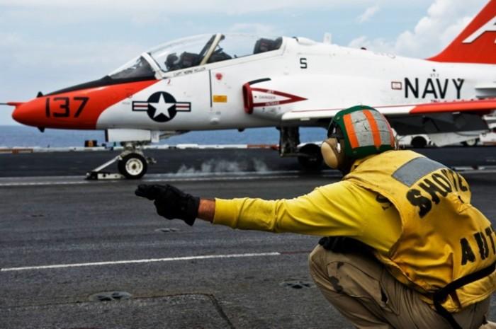 中国航母起飞官手势信号全面模仿美军(组图)