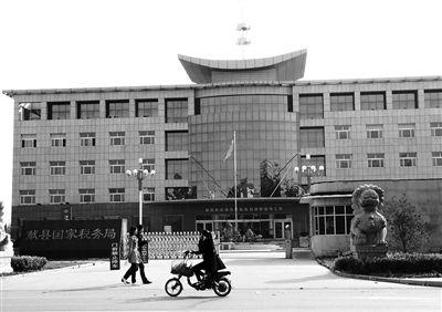 """10月29日,河北沧州市献县国税局。10月底,一些企业主被叫到国税局谈""""交税""""问题。新京报记者 孟祥超 摄"""