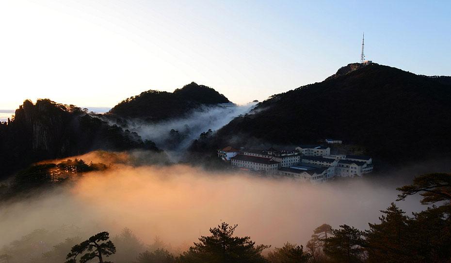 12月2日,安徽黄山风景区的云海美景.