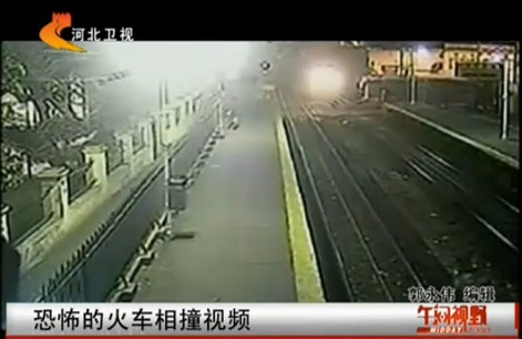 实拍三辆火车迎面相撞惊险场面:现场惨烈 乘客四处奔逃