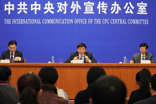 2010年12月9日,中央编译局局长衣俊卿(后中)在新闻发布会上回答记者提问。