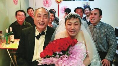 老年同性恋高调完婚