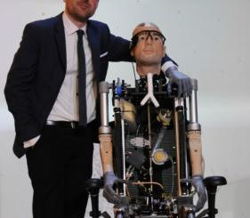 英国造出首个仿生人:用人类假肢制造造价100万美元