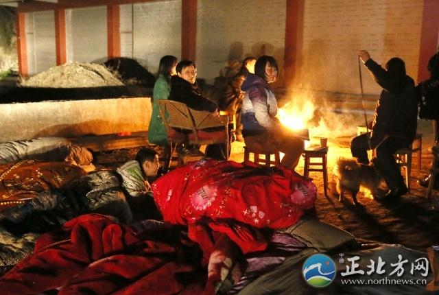 据地震台网测定,北京时间2月19日22时17分42秒,绵阳市三台盐亭交界(北纬31.2度,东经105.2度)富顺镇发生4.7级地震,震源深度约19公里,距离绵阳城区约53公里。此次地震,绵阳城区震感强烈,(我在3楼肉测感觉有6级左右)立即电话了解情况,通讯出现短时堵塞现象,许多人纷纷跑出家中躲避。图为三台县塔山镇老乡外点起炭火在外躲避