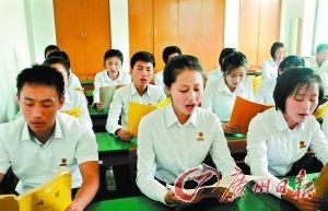 朝鲜金星学院的学生在学习声乐。