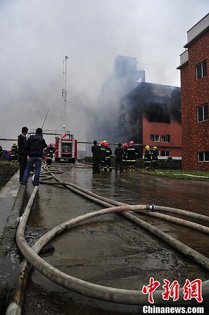 2月25日,贵阳市白云区麦架镇的柏丝特化工有限公司一生产车间发生原材料泄漏燃烧事故,目前已造成该厂5名员工受伤,近3万名民众转移。图为火灾现场。中新社发 李克 摄