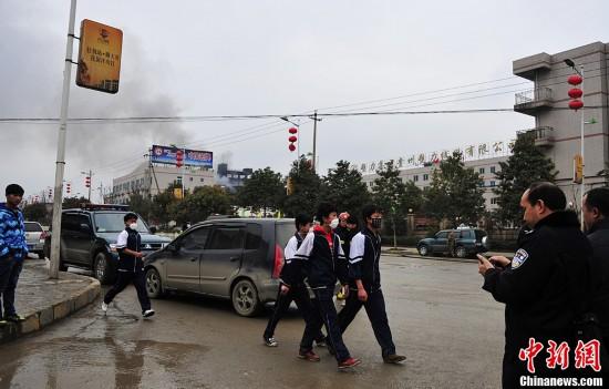 2月25日,贵阳市白云区麦架镇的柏丝特化工有限公司一生产车间发生原材料泄漏燃烧事故,目前已造成该厂5名员工受伤,近3万名民众转移。图为已被烧焦的工厂车间。中新社发 李克 摄