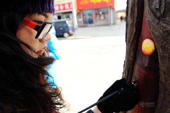 """女孩绘树洞画轰动全国 媒体称其""""感动冬天"""""""