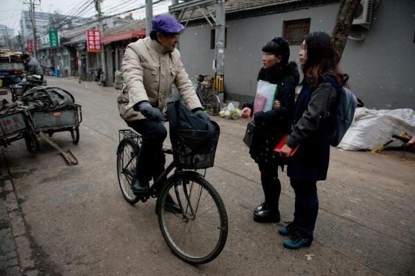北京女同性恋情侣登记结婚遭拒 当街激吻[组图]