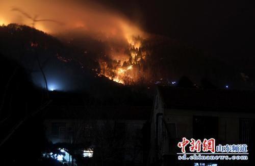 泰山大火现场火势得以控制 天干物燥防火必不可少[组图]