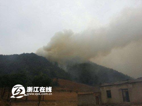 浙江富阳大火失去控制 养老院老人紧急转移