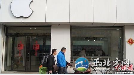 """央视""""315晚会""""第一案揭露的是苹果手机维修骗局。其中描述高度一体化的苹果手机除了少数部件外,不做维修,只整机交换。可是针对中国消费者,苹果交换的却并不是整机――新手机仍沿用旧后盖。"""