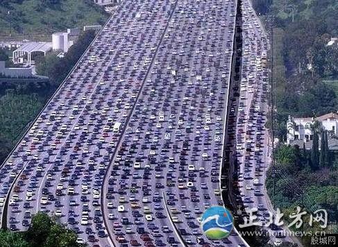 深汕高速今天大塞车70公里 追尾车祸致5人死亡(组图)正堵在深汕高速的网友许先生称,早上8点左右在广州番禺家中出发,12点左右到达海丰县�门,�门路段如同一个大停车场,车主纷纷下车聊天抽烟,直至下午3点,车辆还在此路段,以半小时走100米的速度在前进。
