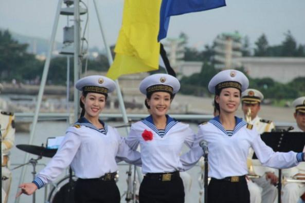 穿着水兵服装的朝鲜文工团女兵。