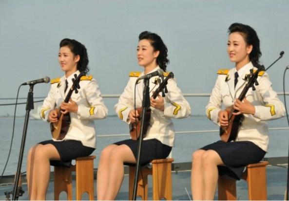 朝鲜文工团女兵进行乐器表演。
