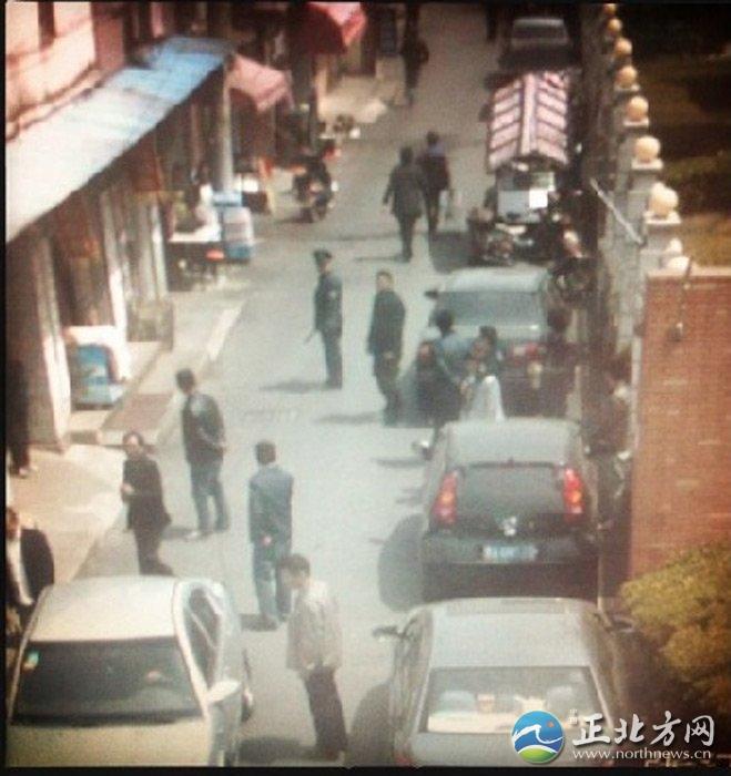 """上海财大一毕业生银行抢劫落网全程曝光[组图]""""反正我就是想报复.......也没钱了。""""90后大学毕业生,事业不顺,恋情无望,竟萌生疯狂念头,光天化日,蒙面持刀银行内抢劫。4月11日凌晨0时05分,上海警方13小时即侦破此案,抓获犯罪嫌疑人万某。"""
