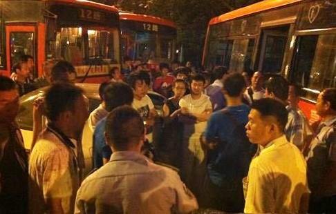 公交司机被围殴致死 将母女卷入车底致母亲当场死亡(组图)