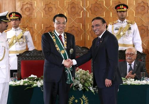 """李克强会见巴基斯坦总统 获颁""""巴基斯坦勋章"""""""