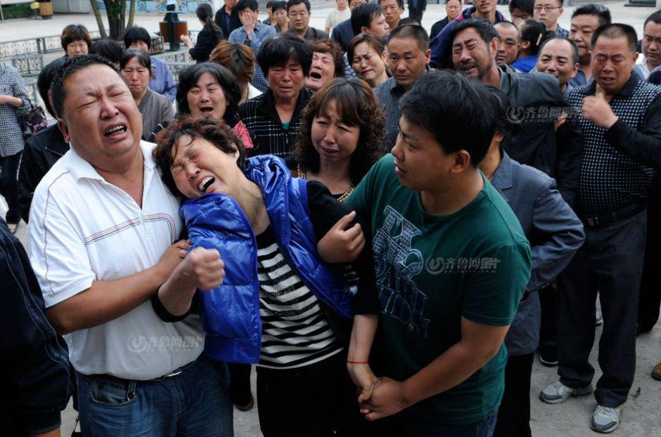 5月29日,送别小艾钰,一家人如垮塌的堤坝嚎啕放声,痛哭欲绝。于鹏/摄