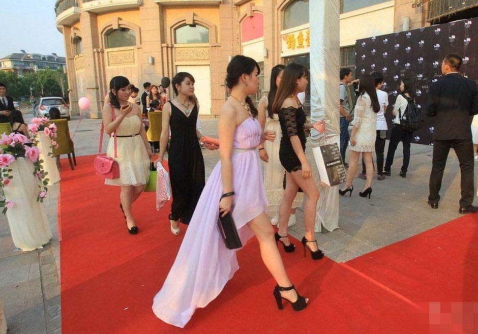 6月13日,郑州,中学生开豪车参加告别舞会。当天,在郑东新区星公馆内,由学生们自发组织的郑州高中毕业舞会盛大举行。女孩们身着晚礼服,优雅地踏上红地毯;男孩们系着领结,绅士地牵着舞伴的手。毕业季,他们选择优雅地告别。