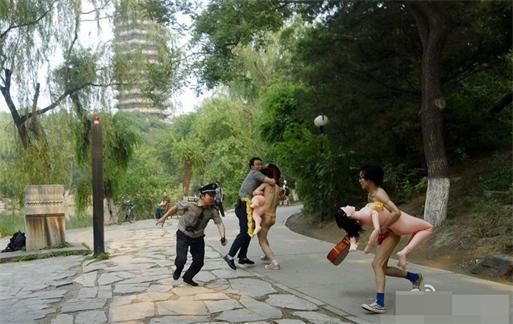 北大裸奔:两男穿丁字裤抱充气娃娃称女友不忠诚