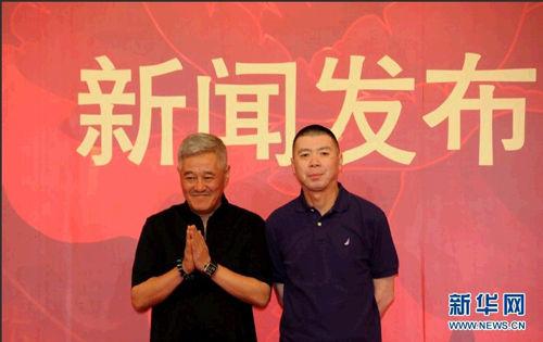 2014年央视春晚总导演冯小刚(右)、副总导演、语言节目总监赵本山在新闻发布会上