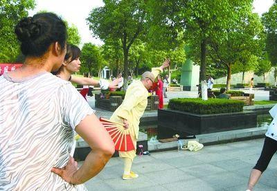 尼姑跳健身舞 女师傅也要接地气