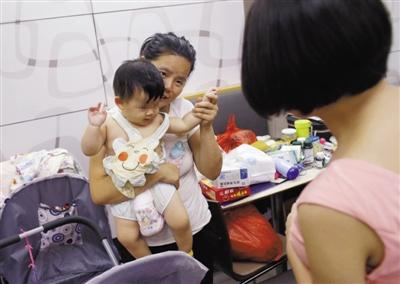 昨日,朝阳区一肯德基店内,爱心人士给姜女士母女送物品。姜女士已带着女儿留宿肯德基50多天。新京报记者 王嘉宁 摄