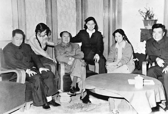 1962年春,毛泽东和毛岸青(左一)、邵华(右二)等在一起。