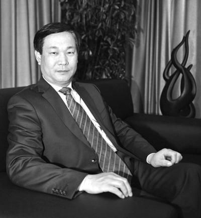 金建平1959年出生于天津。2002年起任天津燃气集团总经理。2011年7月25日,被任命为津燃公用董事长,并获变更成为公司法定代表人。图片来源:天津燃气集团网站