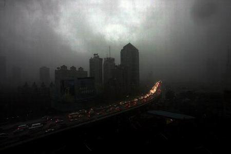 """上海遭遇暴雨袭击 3年来首发暴雨""""红牌""""警告"""