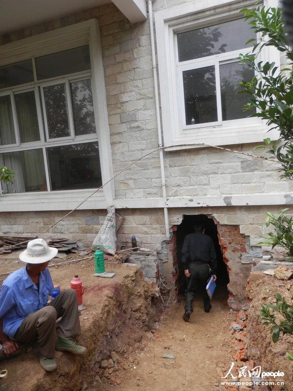 """别墅下挖200平米地 副所长和城管玩起""""地道战"""""""