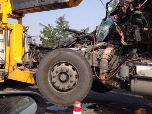 京藏高速34辆车追尾 造成严重的道路拥堵(组图)
