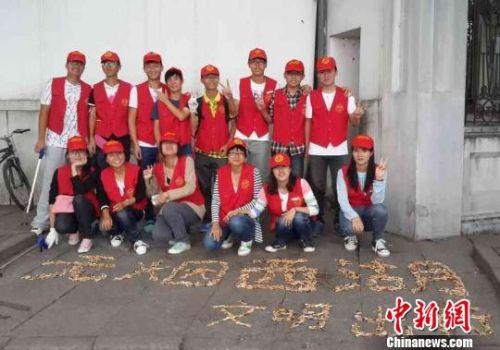 """杭州 环保 创意 夏毅/烟头拼字警醒游客""""无烟西湖""""环保秀将每年持续"""