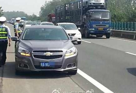交警批准高速停车喂奶获盛赞 盘点中国
