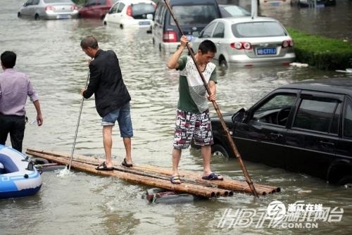 """浙江暴雨被淹 余姚民众自制各式""""船只""""抗灾"""