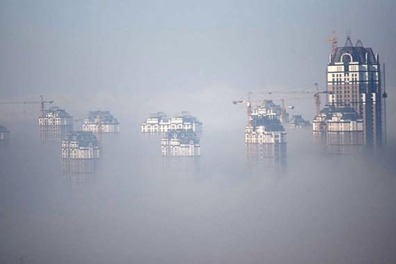 哈尔滨大雾引关注 大雾笼罩只闻其声不见其人(组图)此外,记者从哈尔滨太平机场获悉,由于大雾20日夜间已经有15个航班延误,目前机场能见度不足50米,预计21日10时后,能见度达到600米以上才能开始飞机起飞。出租车司机王晓明建议已经出行的司机,出行时不要开启远光灯和近光灯,可以开启雾灯。