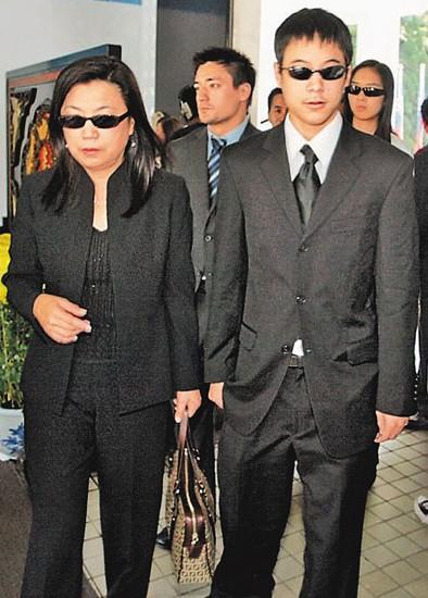 去年9月,二哥蒋友常再婚迎娶瑜伽老师郭秋君,蒋友青以伴郎身分亮相,并带着女友出席,离去前被媒体问到何时要结婚,突然暴怒