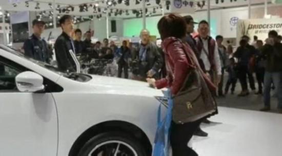 盘点全球奇葩男女 女子厮打逼老公买车(图)