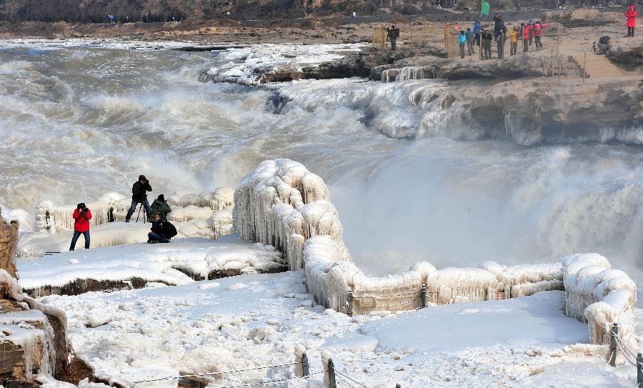 (晚报)(1)壶口瀑布:冰瀑奇观醉游人