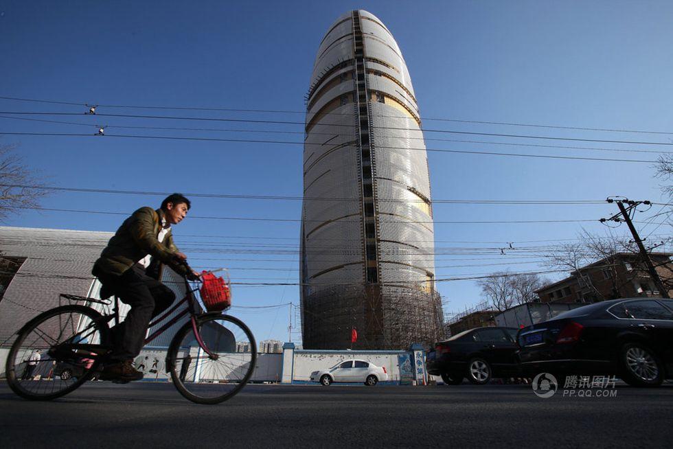 高清:人民日报新大楼换新颜 金色外表被覆盖